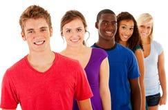Estudiantes: Grupo de adolescencias sonrientes en línea Imagenes de archivo