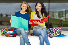 Estudiantes hermosos y felices Fotos de archivo libres de regalías
