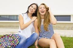 Estudiantes hermosos y felices Imagen de archivo