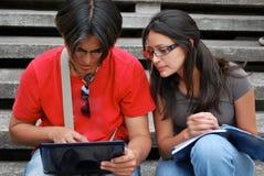 Estudiantes hispánicos en una computadora portátil Fotografía de archivo libre de regalías
