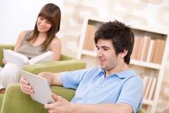 Estudiantes - hombre joven con el ordenador de la pantalla táctil Imagenes de archivo
