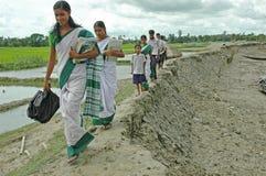 Estudiantes indios de la aldea. Fotos de archivo