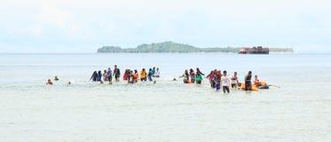 Estudiantes indonesios que entrenan a los primeros auxilios Fotografía de archivo libre de regalías
