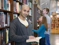 Estudiantes internacionales en una biblioteca Fotos de archivo libres de regalías