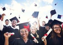 Estudiantes internacionales que celebran la graduación Fotografía de archivo libre de regalías
