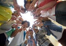 Estudiantes internacionales que muestran paz o la muestra de v Fotos de archivo