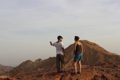 Estudiantes israelíes que disfrutan de la vista de un paisaje hermoso Imagen de archivo libre de regalías