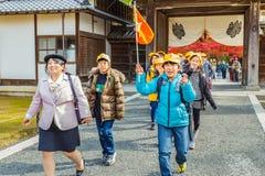 Estudiantes japoneses en un disparo al campo en Kinkaku-ji en Kyoto Fotos de archivo libres de regalías
