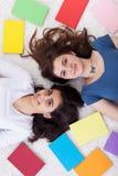 Estudiantes jovenes con los libros Foto de archivo libre de regalías