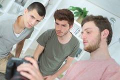 Estudiantes jovenes de la fotografía del grupo fotografía de archivo