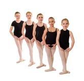 Estudiantes jovenes del ballet con los pies en la tercera posición Foto de archivo