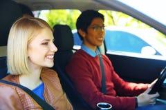 Estudiantes jovenes en coche Imagen de archivo
