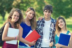 Estudiantes jovenes felices del retrato en parque Fotografía de archivo