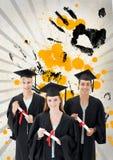 Estudiantes jovenes felices que sostienen los diplomas contra fondo salpicado gris, amarillo y negro Imagen de archivo