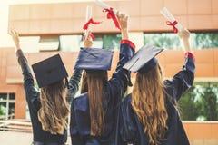 Estudiantes jovenes que gradúan de universidad fotografía de archivo libre de regalías