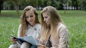 Estudiantes jovenes que hacen la preparación en el parque almacen de metraje de vídeo