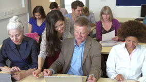 Estudiantes maduros en clase de la enseñanza superior con el profesor almacen de metraje de vídeo