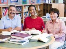 Estudiantes maduros que estudian en biblioteca Imagen de archivo libre de regalías