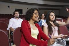 Estudiantes multiétnicos que asisten a conferencia imagen de archivo