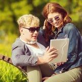 Estudiantes o adolescentes con el ordenador de la PC de la tableta Foto de archivo libre de regalías