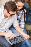 Estudiantes o adolescentes con el ordenador portátil Fotografía de archivo libre de regalías