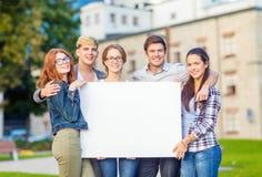 Estudiantes o adolescentes con el tablero en blanco blanco Imagen de archivo libre de regalías