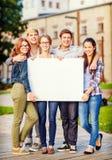 Estudiantes o adolescentes con el tablero en blanco blanco Fotos de archivo libres de regalías