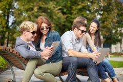 Estudiantes o adolescentes con la PC de la tableta que toma el selfie Foto de archivo