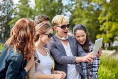 Estudiantes o adolescentes con la PC de la tableta que toma el selfie Fotografía de archivo