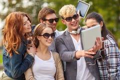 Estudiantes o adolescentes con la PC de la tableta que toma el selfie Foto de archivo libre de regalías