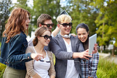 Estudiantes o adolescentes con la PC de la tableta que toma el selfie Imagen de archivo