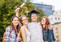 Estudiantes o adolescentes con los ficheros y el diploma Fotografía de archivo