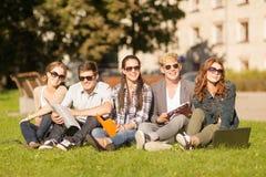 Estudiantes o adolescentes con los ordenadores portátiles Fotos de archivo