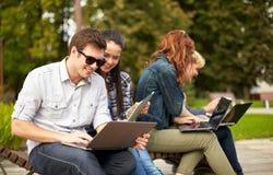 Estudiantes o adolescentes con los ordenadores portátiles Imagen de archivo