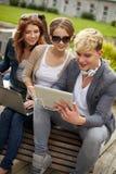 Estudiantes o adolescentes con los ordenadores portátiles Foto de archivo libre de regalías