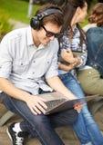 Estudiantes o adolescentes con los ordenadores portátiles Imagen de archivo libre de regalías