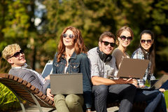 Estudiantes o adolescentes con los ordenadores portátiles Imagenes de archivo