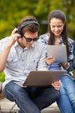 Estudiantes o adolescentes con los ordenadores portátiles imágenes de archivo libres de regalías