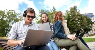 Estudiantes o adolescentes con los ordenadores portátiles Fotografía de archivo