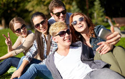 Estudiantes o adolescentes con smartphone en el campus Fotos de archivo libres de regalías