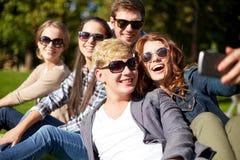 Estudiantes o adolescentes con smartphone en el campus Foto de archivo