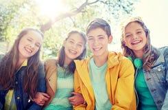 Estudiantes o amigos adolescentes felices al aire libre Fotografía de archivo libre de regalías