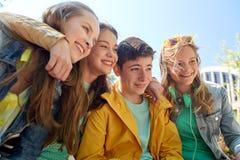Estudiantes o amigos adolescentes felices al aire libre Fotos de archivo libres de regalías