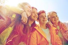 Estudiantes o amigos adolescentes felices al aire libre Foto de archivo libre de regalías