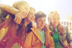 Estudiantes o amigos adolescentes felices al aire libre Imagen de archivo libre de regalías