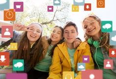 Estudiantes o amigos adolescentes felices que se divierten Fotografía de archivo libre de regalías