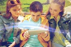 Estudiantes o amigos con PC de la tableta al aire libre Foto de archivo