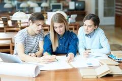 Estudiantes ocupados de la ingeniería que se inspiran sobre proyecto fotos de archivo