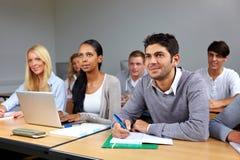 Estudiantes ocupados en clase Imagen de archivo