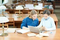 Estudiantes ocupados que encuentran hechos científicos foto de archivo libre de regalías